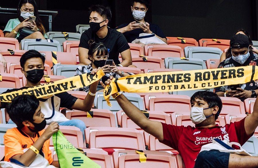 Fans Tampines Rovers saat menyaksikan laga timnya kontra Geylang International di Our Tampines Hub, 5 Desember 2020. Ini laga pertama Liga Singapura 2020 yang kembali bisa disaksikan penonton lagi sejak berstatus pintu tertutp per Maret tahun ini.