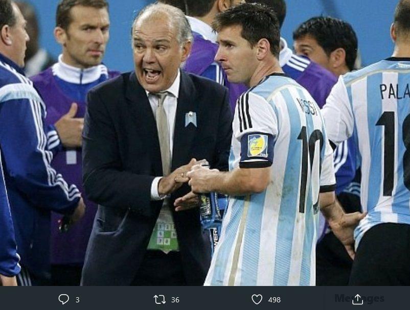 Lionel Messi (kanan) dan Alejandro Sabella dalam Piala Dunia 2014 di Brasil. Alejandro Sabella wafat pada 8 Desember 2020 waktu Argentina.