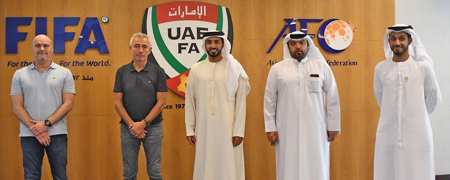 Bert van Marwijk (kedua dari kiri) kembali ditunjuk sebagai pelatih timnas UEA.