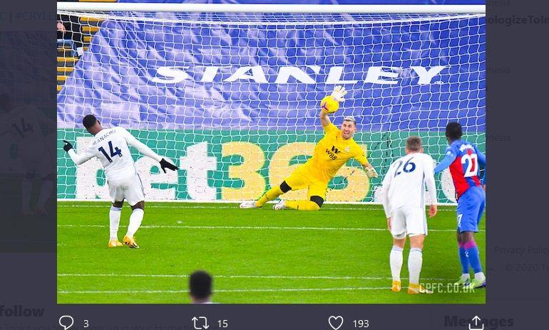 Kiper Crystal Palace, Vicente Guaita, saat meredam tembakan penalti penyerang Leicester City, Kelechi Iheanacho, Senin (28/12/2020) malam WIB.