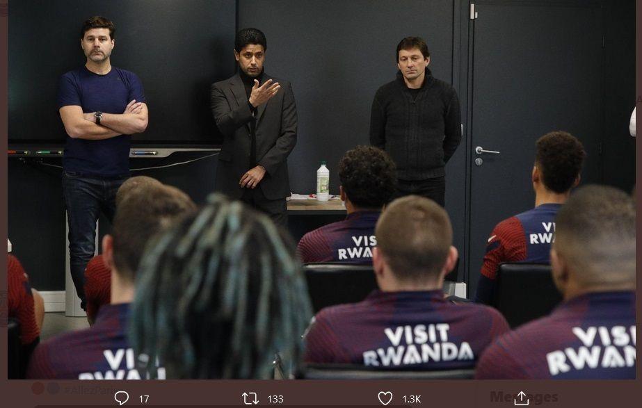 Presiden Nasser Al-Khelaifi (tengah) bersama Leonardo (kanan) berbicara di hadapan pemain Paris Saint Germain pada hari pertama kehadiran Mauricio Pochettino (kiri), Minggu (3/1/2021).