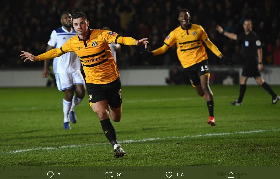 Bintang Newport County, Pradrag Amond sat merayakn gol dalam laga lawan Leicester City pada 2019 lalu.