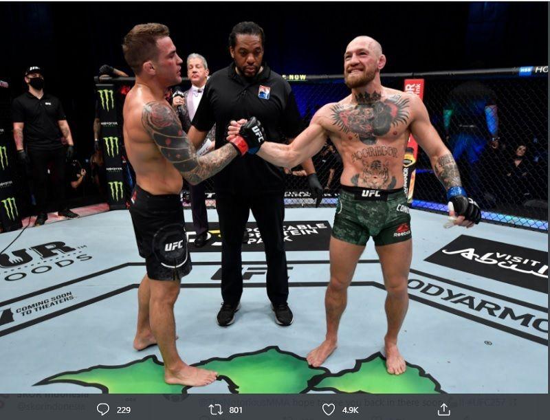 Dustin Poirier (kiri) dan Conor McGregor (kanan) saling berjabat tangan setelah menuntaskan duel utama UFC 257 yang digelar di Etihad Arena, Abu Dhabi, Uni Emirat Arab pada Minggu (24/1/2021).