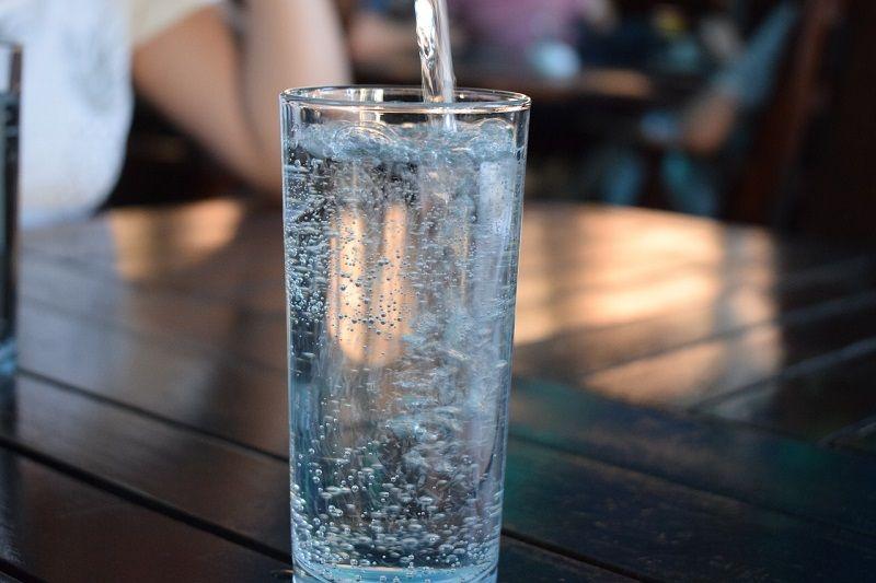 Mengonsumsi delapan gelas air mineral per hari sangat disarankan untuk memenuhi kebutuhan gizi dan menghindari dehidrasi.