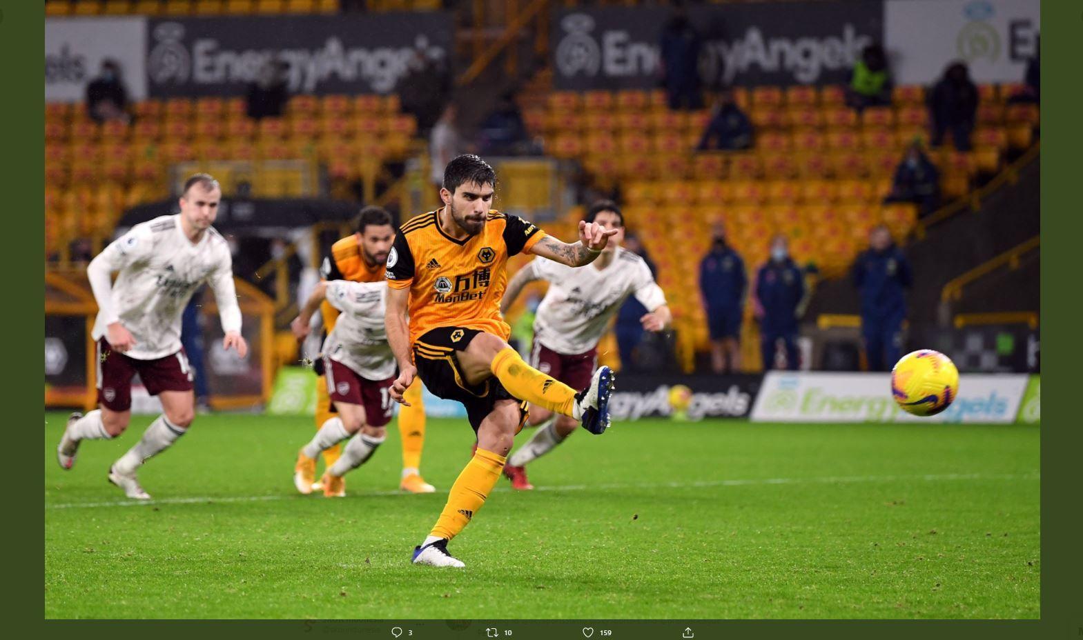 Pemain Wolverhampton Wanderers, Ruben Neves, mencetak gol ke gawang Arsenal, Rabu (3/2/2021) dini hari WIB.