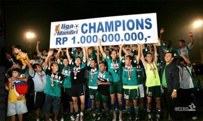 Persebaya Surabaya merayakan juara Liga Indonesia 2004.