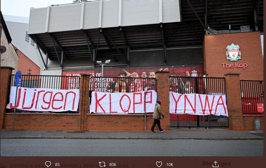 Spanduk bertuliskan dukungan kepada pelatih Liverpool, Jurgen Klopp, terlihat di pagar Stadion Anfield, Senin (15/2/2021).