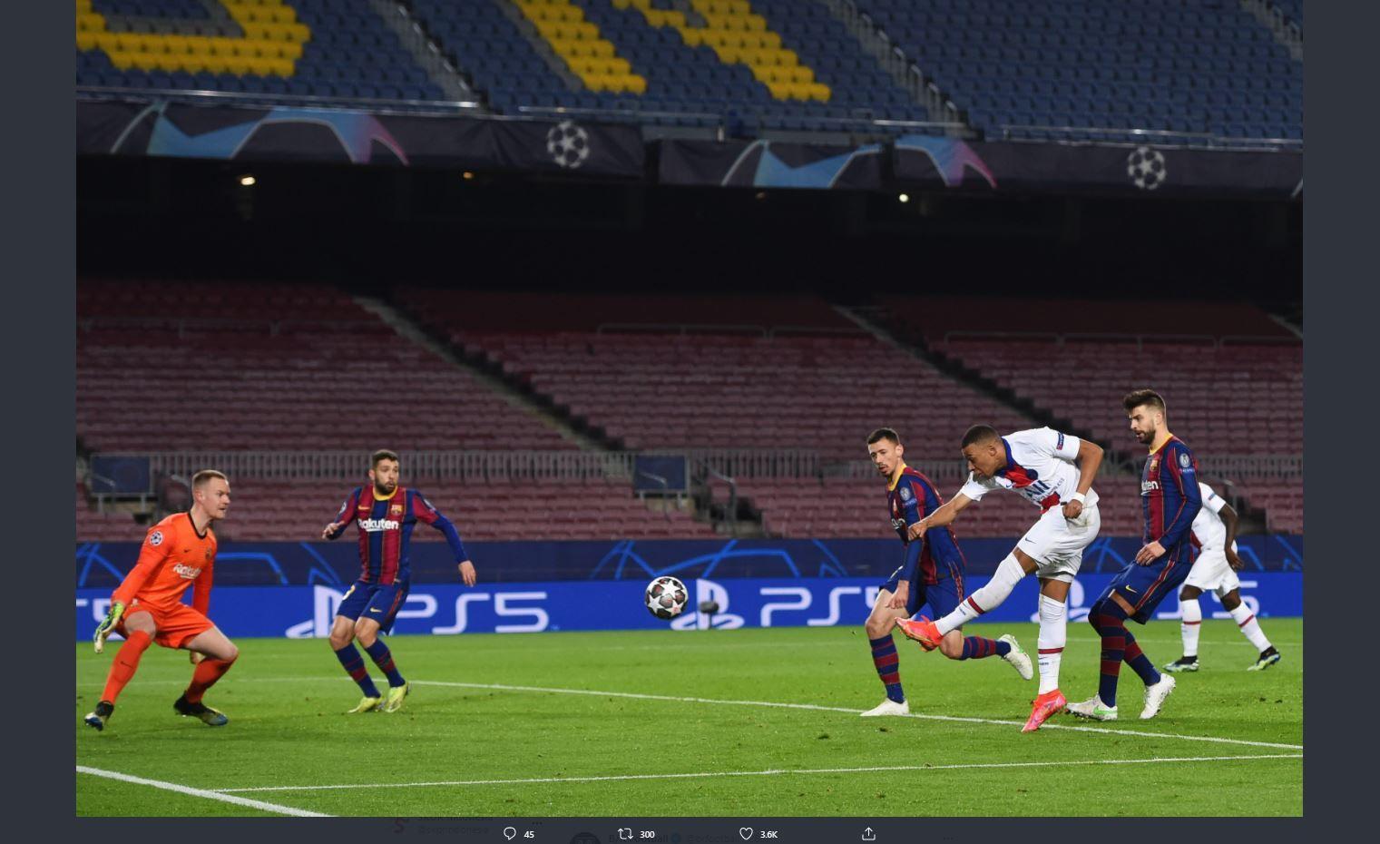 Penyerang PSG, Kylian Mbappe mencetak gol ke gawang Barcelona di Liga Champions, Rabu (17/2/2021)  dini hari WIB.