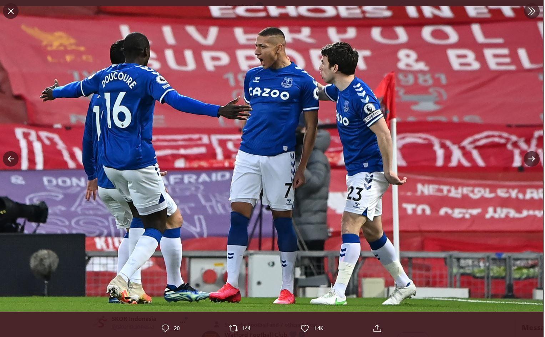 Para pemain Everton merayakan gol ke gawang Liverpool.