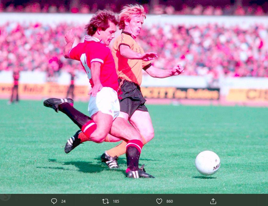 Ray Wilkins (kiri) saat bermain dengan Manchester United.