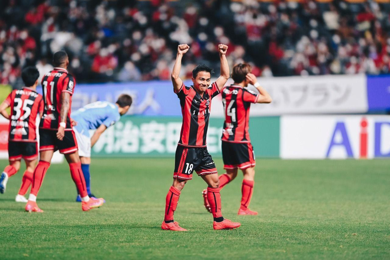 Pemain Thailand, Chanathip Songkrasin, mencetak satu gol saat timnya Hokkaido Consadole Sapporo menang lawan Yokohama FC di Meiji Yasuda J1 League, Sabtu 927/2/2021).