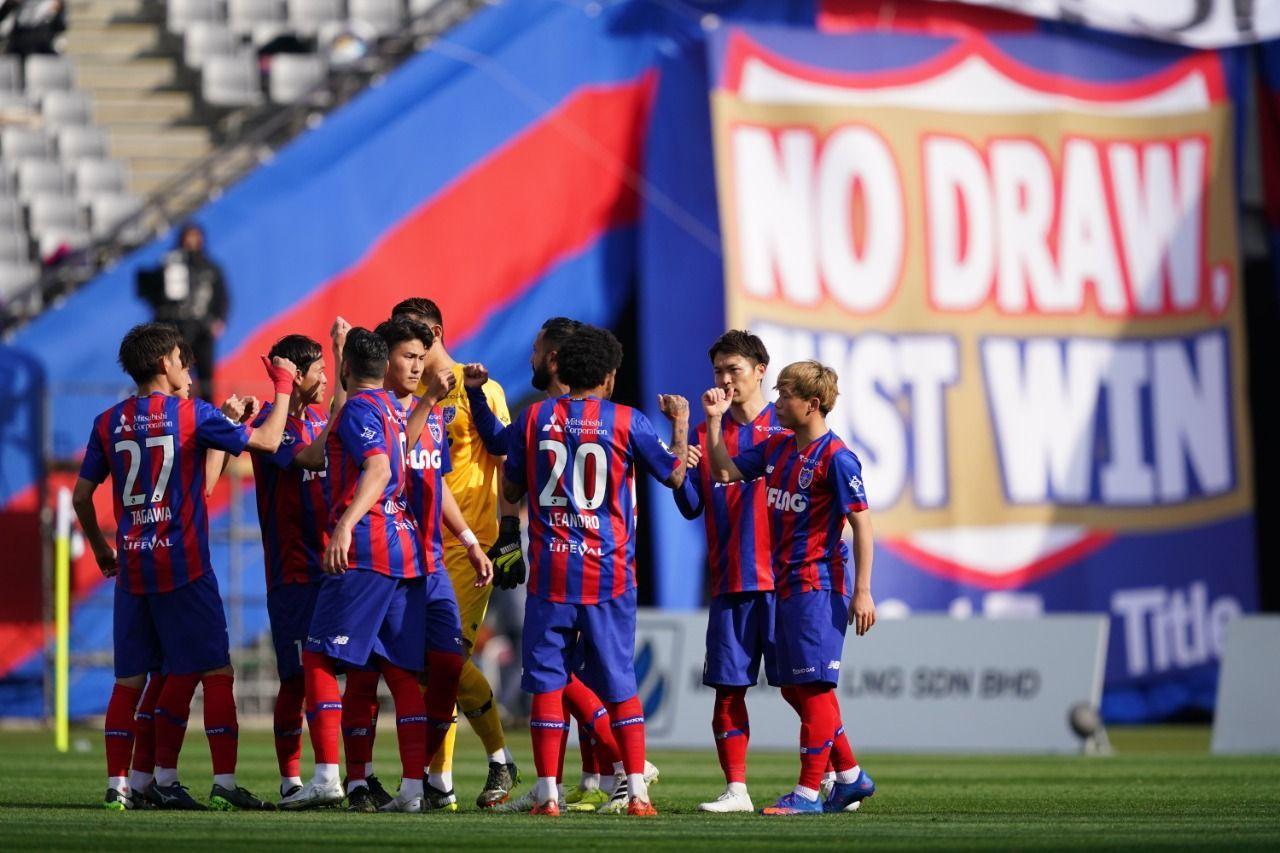 Para pemain F.C.Tokyo merayakan kemenangan lawan Cerezo Osaka pada laga Meiji Yasuda J1 League, Sabtu (6/3/2021).