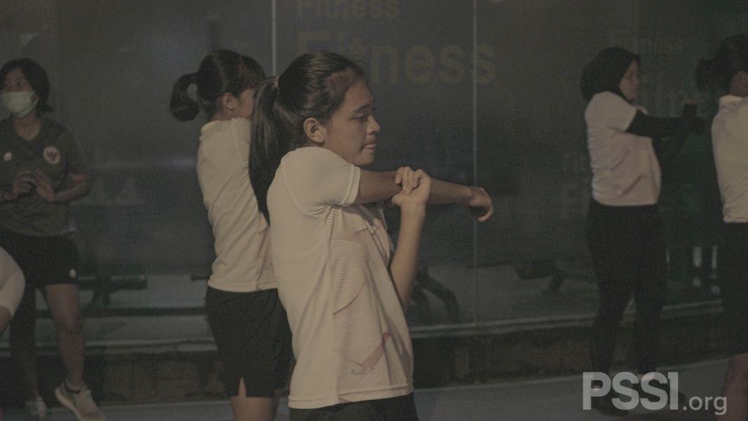Pemain timnas Putri Indonesia, Zahra Muzdalifah, saat mengikuti sesi latihan tim.