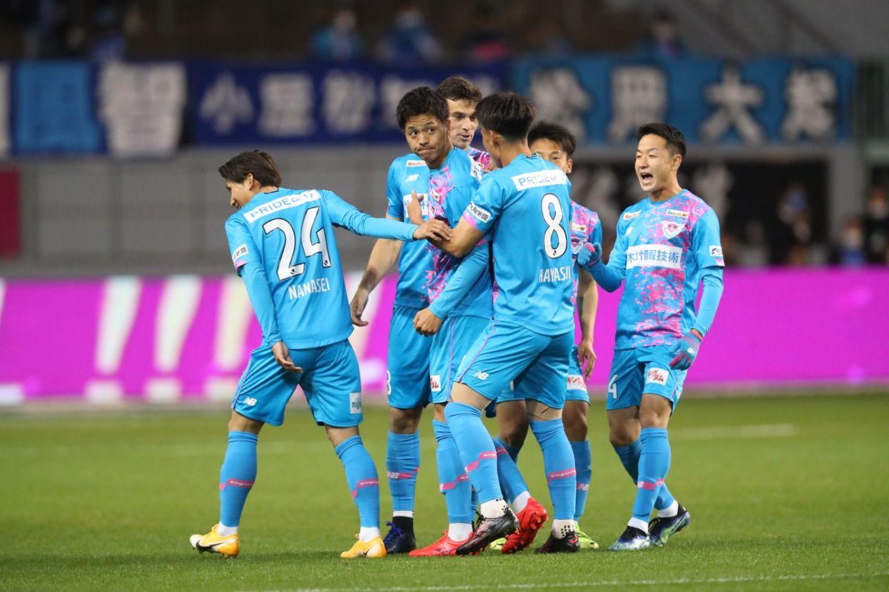 Para pemain Sagan Tosu merayakan gol ke gawang Vegalta Sendai pada laga Meiji Yasuda J1 League, Rabu (10/3/2021)