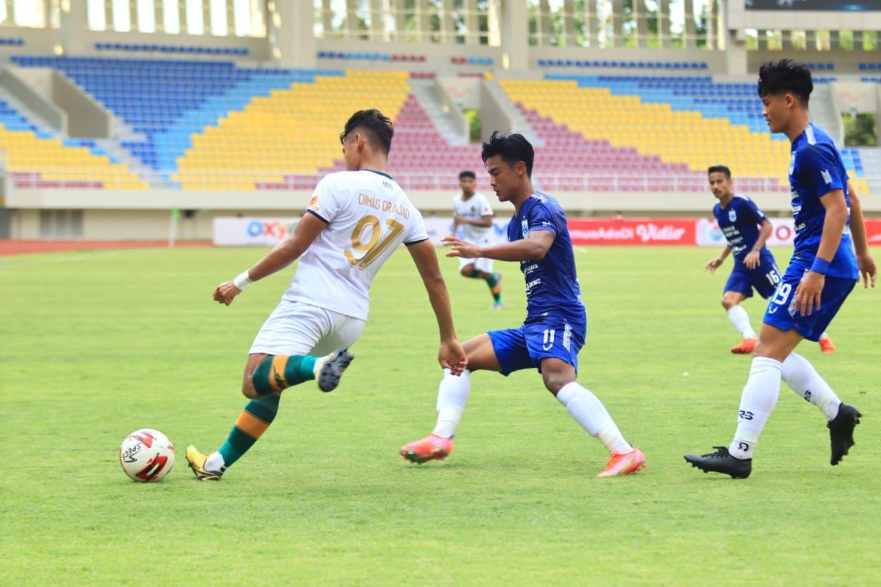 Striker Persikabo, Dimas Drajad (97) mencoba lepas dari kawalan bek PSIS Semarang, Pratama Arhan dan disaksikan Alfeandra Dewangga (kanan) pada laga Grup A Piala Menpora 2021 di Stadion Manahan, Kota Solo, 25 Maret 2021.