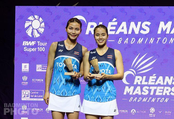 Ganda putri Thailand, Jongkolphan Kititharakul/Rawinda Prajongjai, berpose setelah berhasil tampil sebagai juara turnamen Orleans Masters 2021 di Prancis yang finalnya digelar pada Minggu (28/3/2021).
