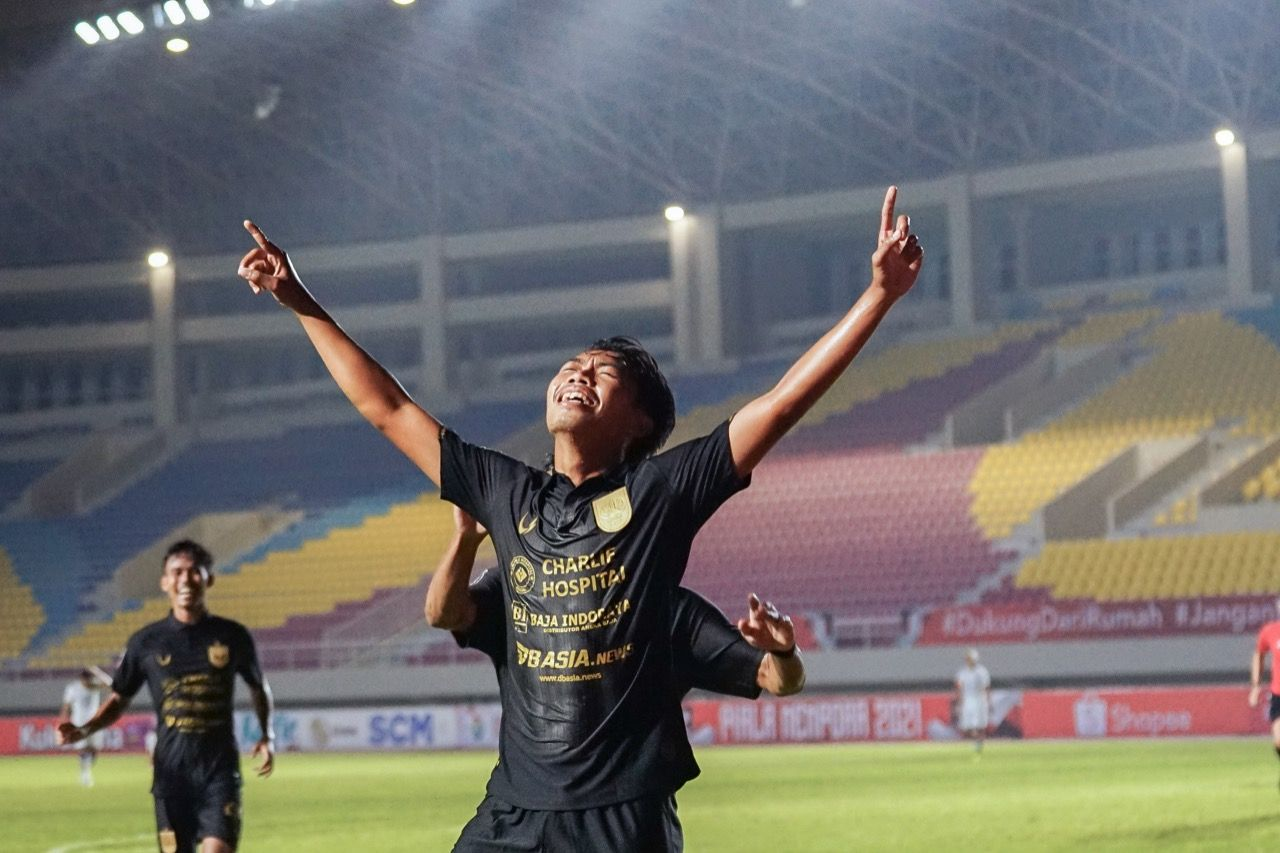 Selebrasi pemain muda PSIS Semarang, Rian Ardiansyah, setelah mencetak gol kemenangan untuk timnya ke gawang Arema FC pada laga pemungkas Grup A Piala Menpora 2021 yang berlangsung di Stadion Manahan, Solo, Selasa (30/3/2021).