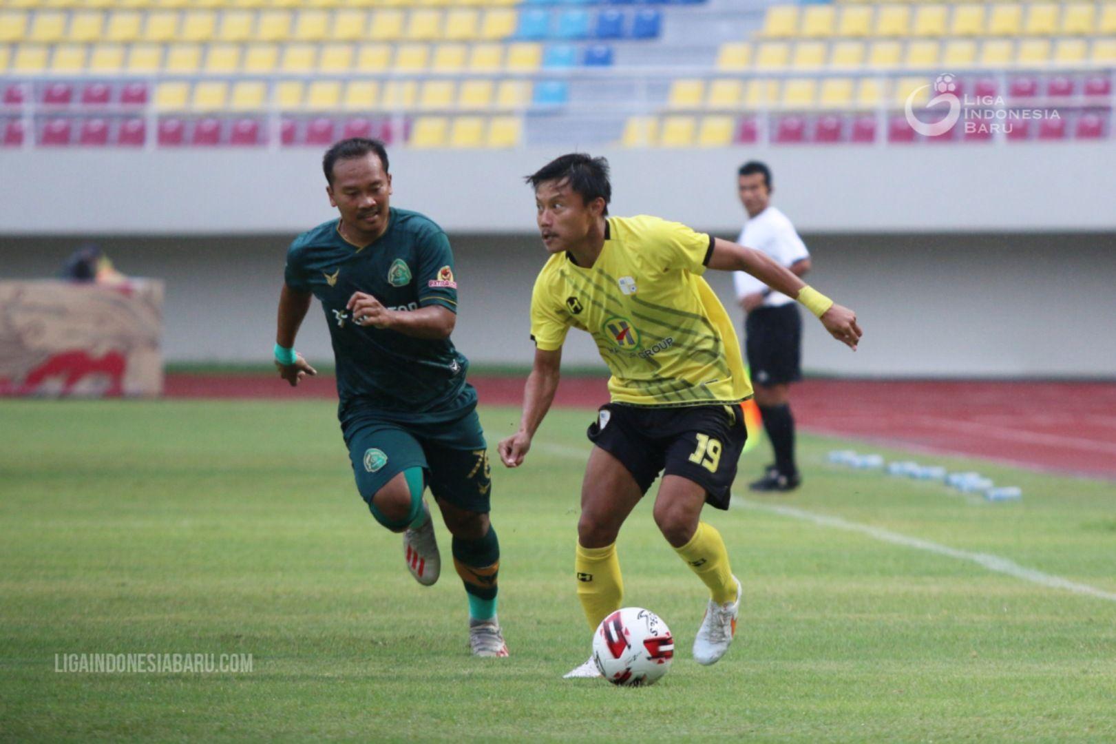 Wawan Febriyanto (kiri), penyerang Persikabo 1973, mengejar bola dari kaki bek Barito Putera, Muhammad Rifky, dalam laga terakhir Grup A Piala Menpora 2021 di Stadion Manahan, Solo, Selasa (30/3/2021).
