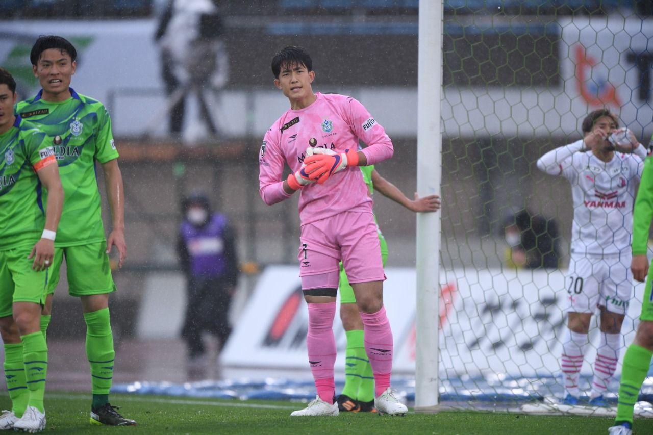 Kiper Shonan Bellmare, Kosei Tani, pada laga Meiji Yasuda J1 League 2021.