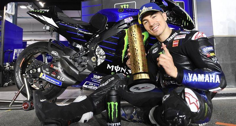 Pembalap Monster Energy Yamaha, Maverick Vinales, berpose dengan trofi yang diraihnya sebagai pemenang MotoGP Qatar 2021 yang digelar di Sirkuit Losail pada Senin (29/3/2021) dini hari WIB.