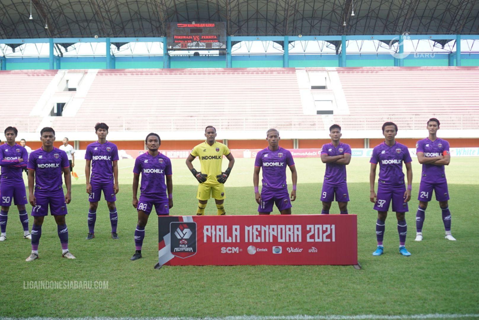 Taufiq Febriyanto (empat dari kiri) bersama pemain Persita lainnya jelang laga kontra Persiraja Banda Aceh pada laga pertama Grup D Piala Menpora 2021, 24 Maret 2021.