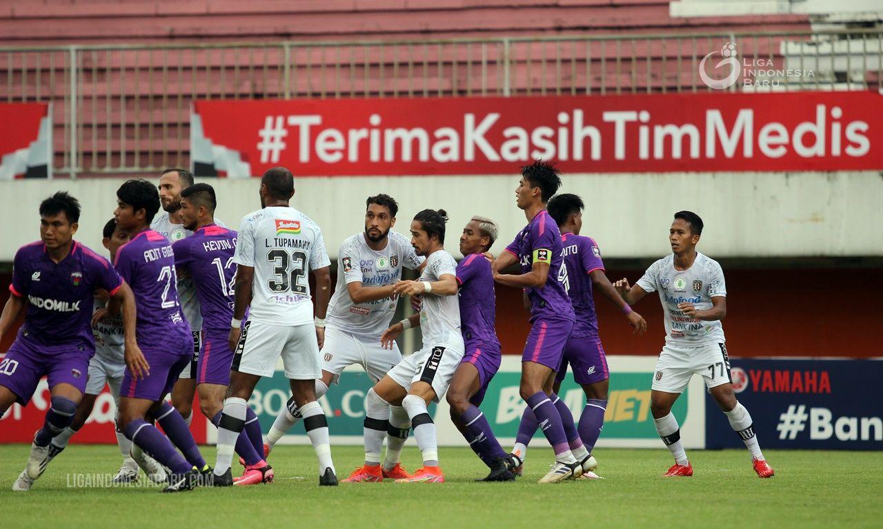 Para pemain Bali United dan Persita saat lanjutan fase penyisihan Piala Menpora 2021 di Stadion Maguwoharjo, Kabupaten Sleman, 2 April 2021.