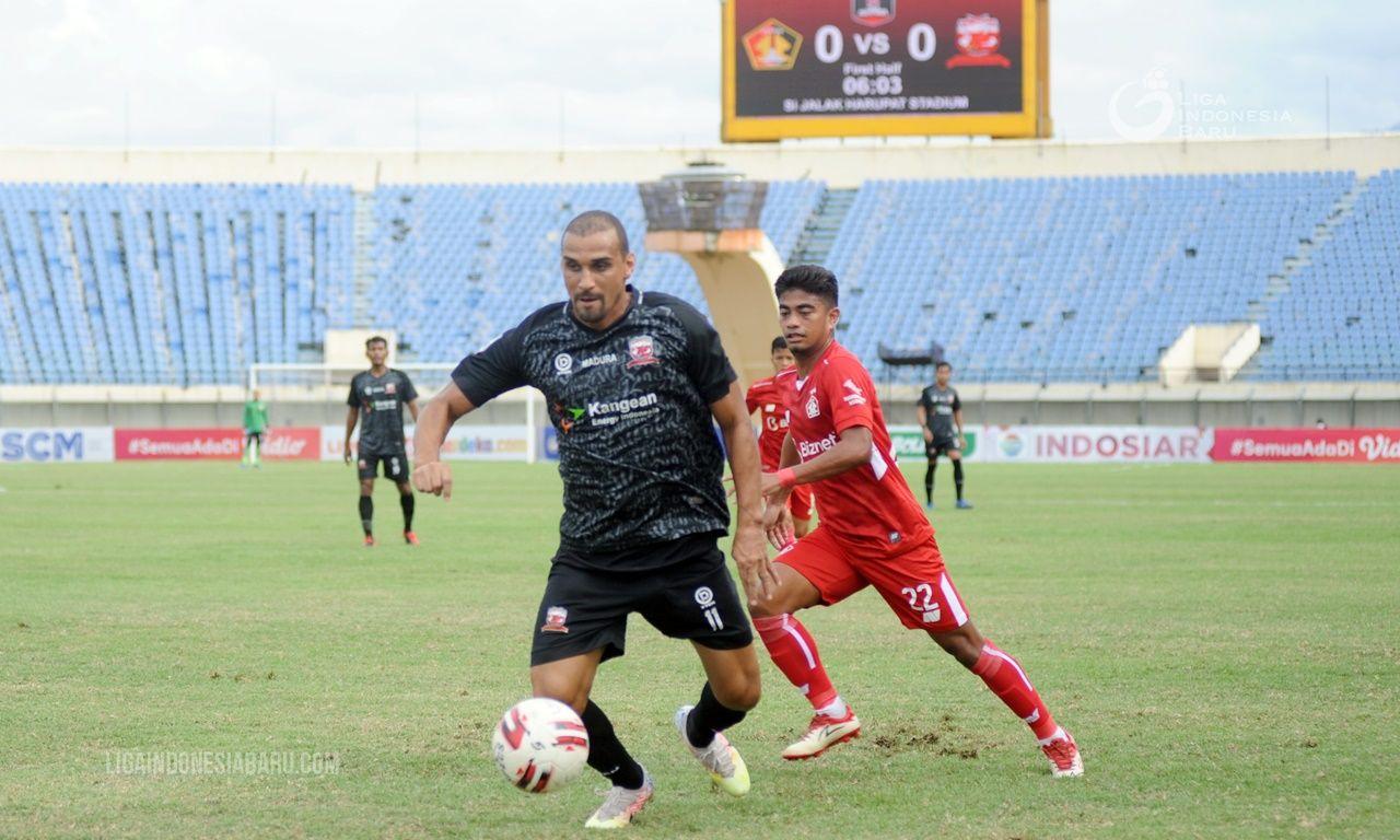 Penyerang Madura United, Bruno Lopes (depan) dikawan bek Persik Kediri, Ibrahim Sanjaya pada laga Grup C Piala Menpora 2021 di Stadion Si Jalak Harupat, Kabupaten Bandung, 3 April 2021.
