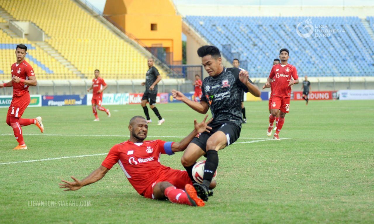 Bek Madura United, Samuel Christianson ditekel pemain bertahan sekaligus kapten Persik Kediri, Andri Ibo (merah) pada laga Grup C Piala Menpora 2021 di Stadion Si Jalak Harupat, Kabupaten Bandung, 3 April 2021.