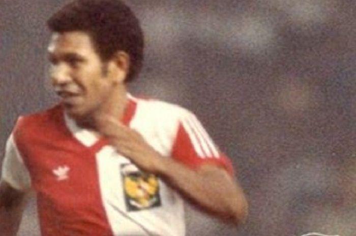 Striker Adolf Kabo saat membela timnas Indonesia pada 1985.