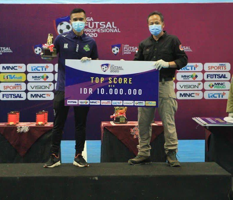 Andri Kustiawan menerima penghargaan top skor Pro Futsal League 2020, Maret 2021