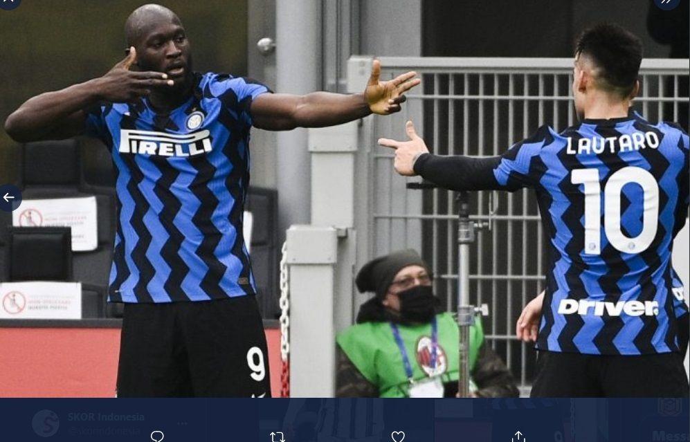 Penyerang Inter Milan, Romelu Lukaku (kiri), merayakan gol dengan rekan setimnya, Lautaro Martinez, dalam laga lawan Sassuolo, Rabu (7/4/2021).