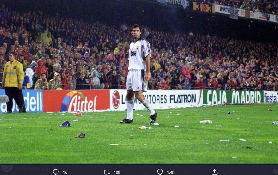 Luis Figo ketika berjalan di antara benda-benda yang dilemparkan ke lapangan oleh pendukung Barcelona.