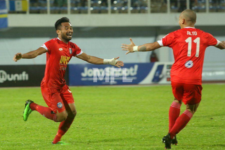 Saddil Ramdani (kiri) saat merayakan golnya untuk Sabah FC menghadapi Penang FC di Liga Super Malaysia, 11 April 2021.