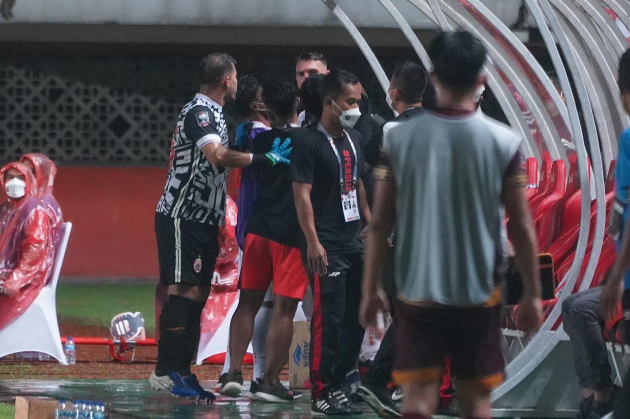 Kiper Persija, Andritany Ardhiyasa, terlihat sedang beradu argumentasi dengan striker Persija, Marko Simic, dalam laga melawan PSM Makassar, Kamis, 15 April 2021.