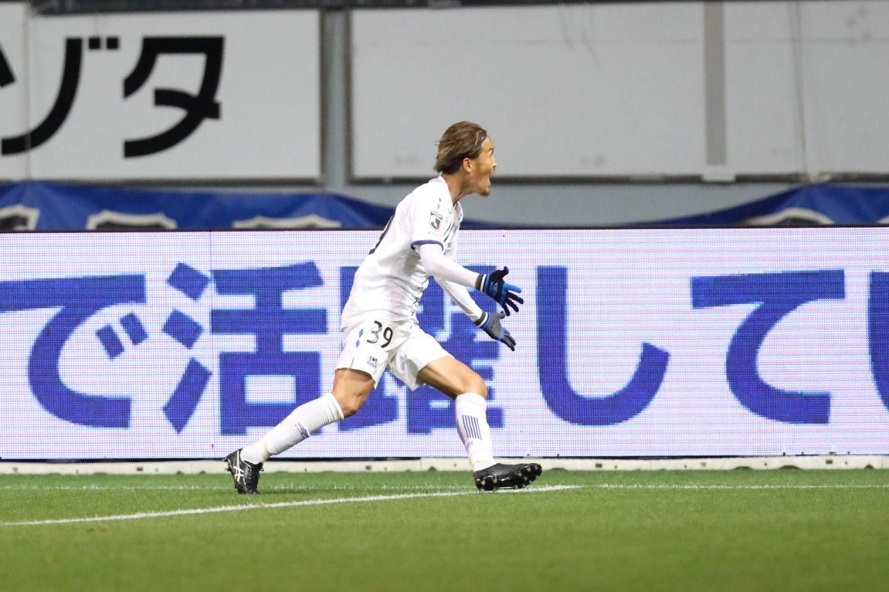 Pemain Gamba Osaka, Takashi Usami, mencetak gol ke gawang Sagan Tosu pad alaga Meiji Yasuda J1 League 2021.