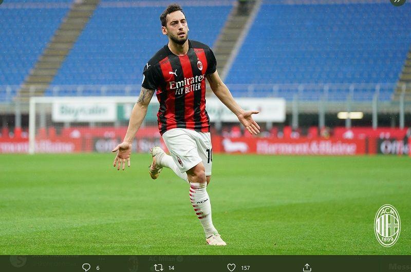Hakan Calhanoglu ketika merayakan golnya dalam laga lawan Sassuolo, Rabu (21/4/2021).