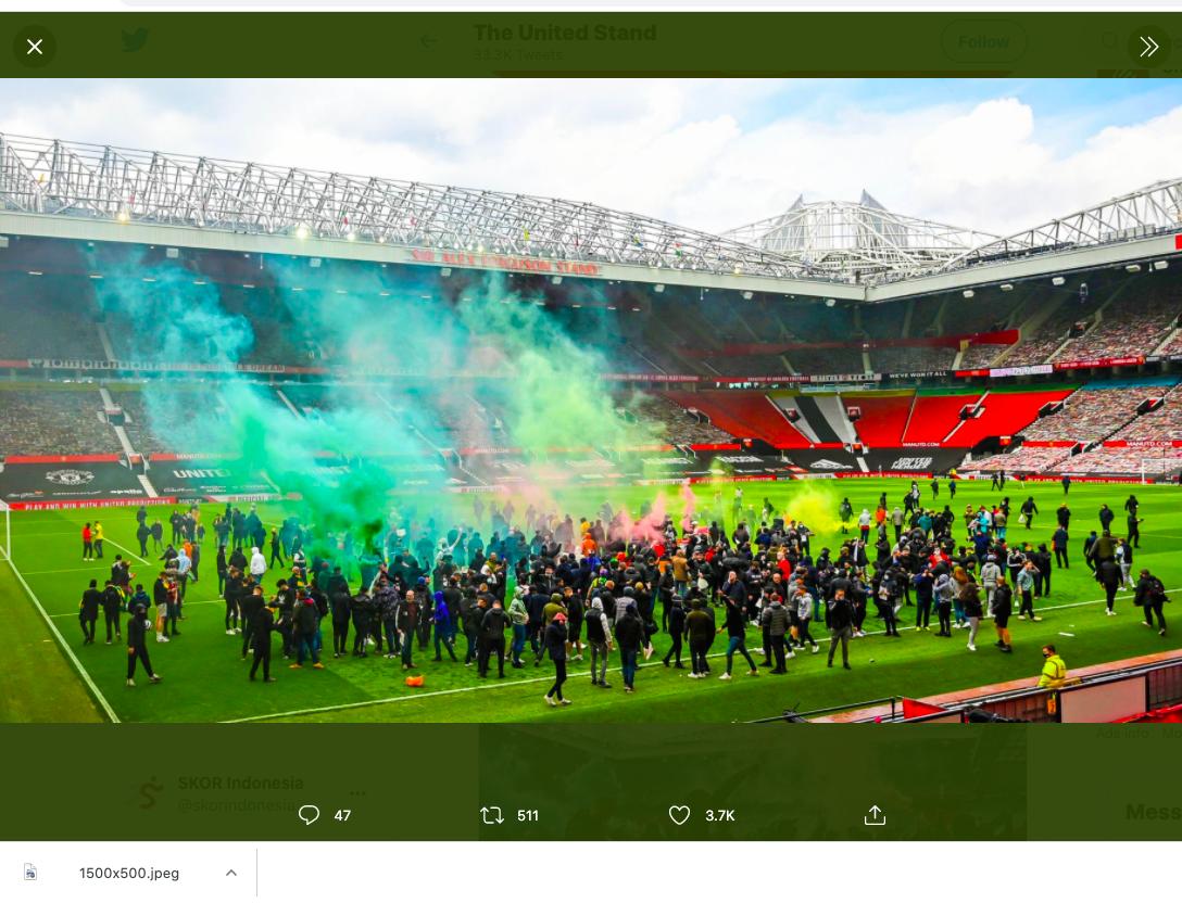 Para demonstran memasuki Stadion Old Trafford untuk melakukan protes terhadap manajemen Manchester United.