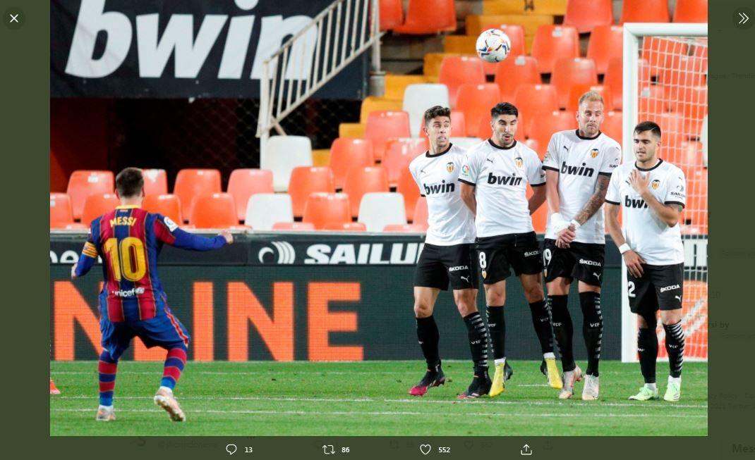 Lionel Messi mencetak gol tendangan bebas ke gawang Valencia.