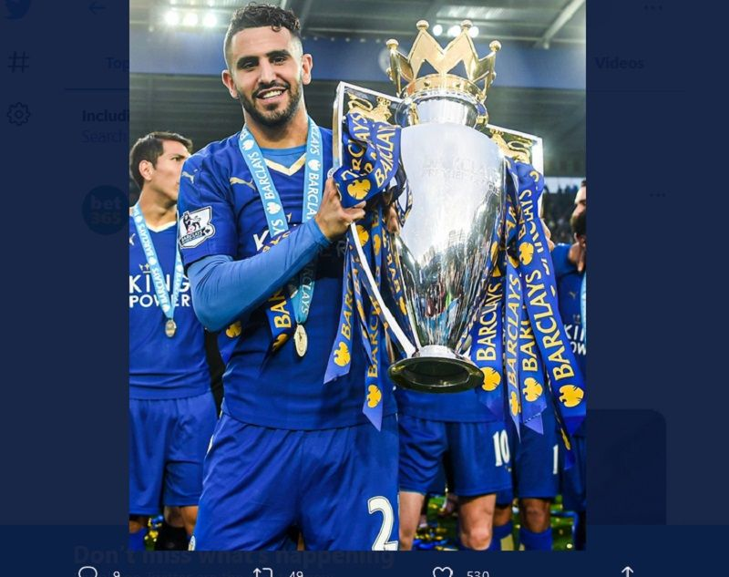 Riyad Mahrez dengan trofi Liga Inggris ketika bermain untuk Leicester City pada 2015-2016.