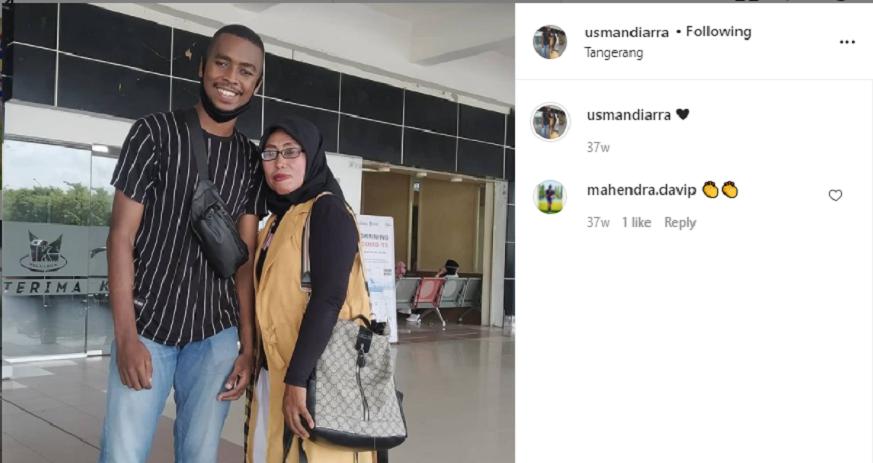 Aidil Usman Diarra, pesepak bola Indonesia berdarah Mali-Minang saat bersama sang ibu pada 2019.