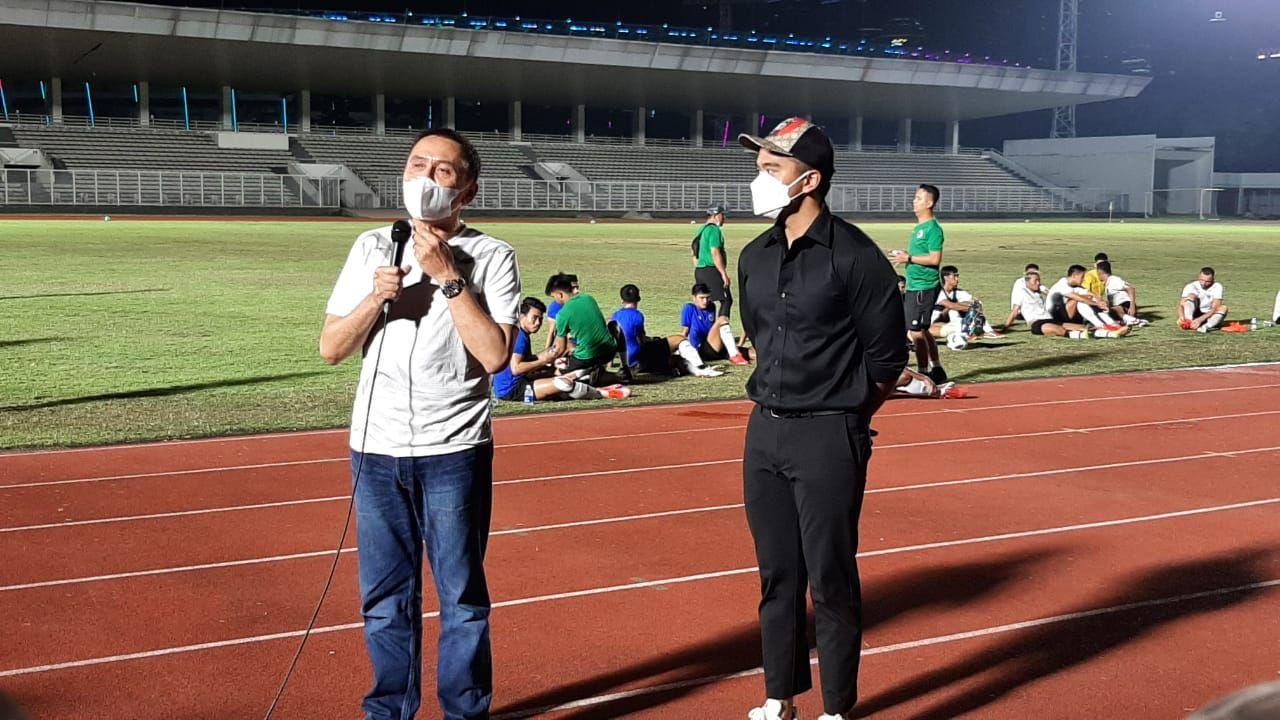 Ketua Umum PSSI, Mochamad Iriawan (kiri) tengah meladeni pertanyaan awak media dihadapan Direktur Utama Persis Solo, Kaesang Pangarep (kanan), di Stadion Madya, Senayan, 11 Mei 2021