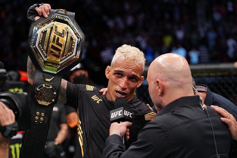 Charles Oliveira jadi juara kelas ringan UFC setelah megalahkan Michael Chandler pada laga utama UFC 262 di Toyota Center, Houston, Amerika Serikat pada Minggu (16/5/2021) siang WIB.