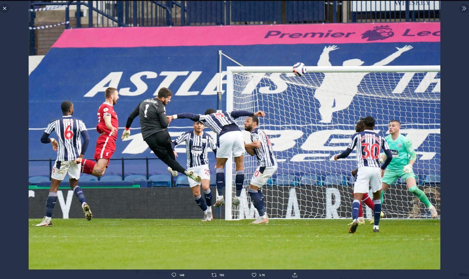 Penjaga gawang Liverpool, Alisson Becker, mencetak gol ke gawang West Bromwich Albion di Liga Inggris.
