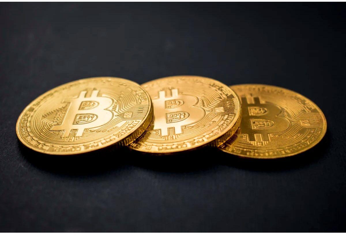 Ilustrasi kepingan koin kripto bitcoin.