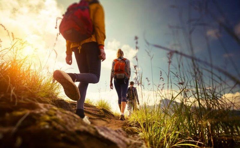 Ilustrasi hiking atau menjelajah pegunungan.