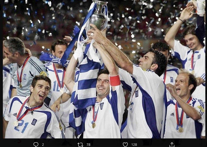 Kapten timnas Yunani, Theodoros Zagorakis, saat merayakan gelar Piala Eropa 2004.