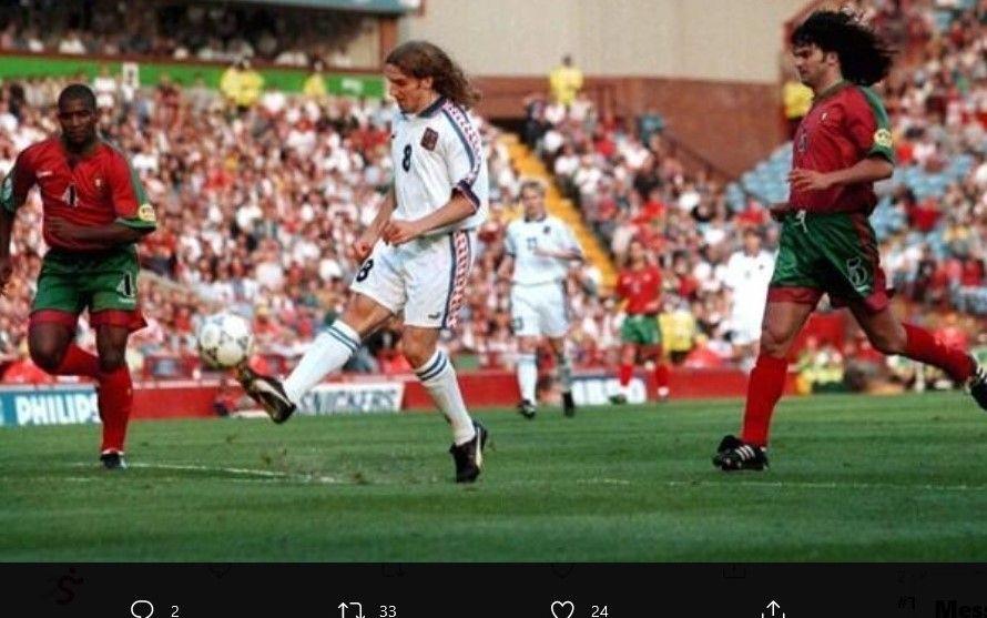 Karel Poborsky ketika mencungkil bola yang membuat terciptanya gol indah saat lawan Portugal.