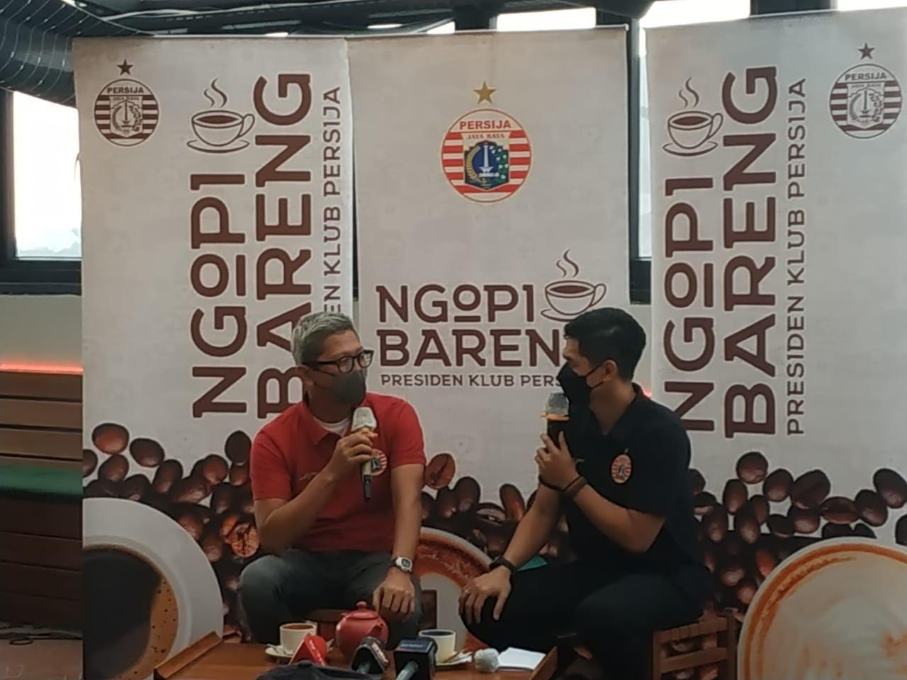 Presiden Persija Jakarta, Mohamad Prapanca (kiri), bersama manajer Persija, Bambang Pamungkas (kanan), dalam perkenalan pelatih baru Persija Jakarta di Monopoli Cafe, Kemang, Jakarta, Kamis (10/6/2021).