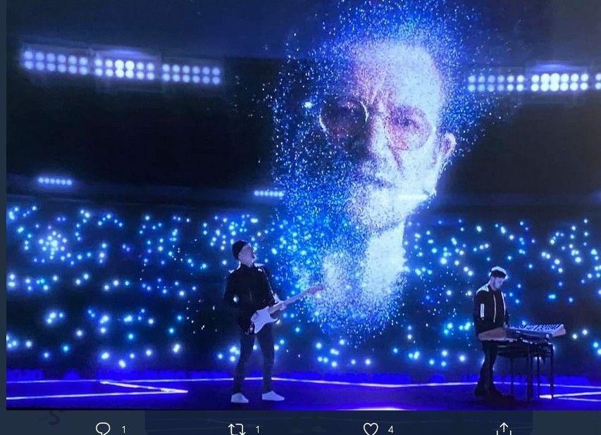 Momen ketika wajah Bono dalam bentuk hologram muncul di tengah panggung acara pembukaan Euro 2020, Sabtu (12/6/2021) dini hari WIB.