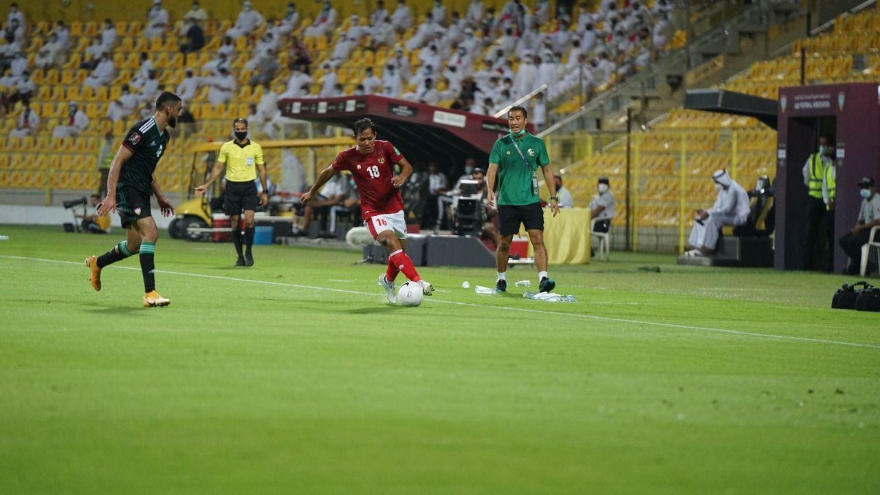 Winger timnas Indonesia, Adam Alis Setyano, menggiring bola dibayangi pemain Uni Emirat Arab dalam lanjutan Grup G Kualifikasi Piala Dunia 2022, Jumat (11/6/2021).
